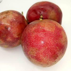 看果皮颜色,果皮建议选择深紫色或大红色,因为比较成熟,果肉也会比较香甜